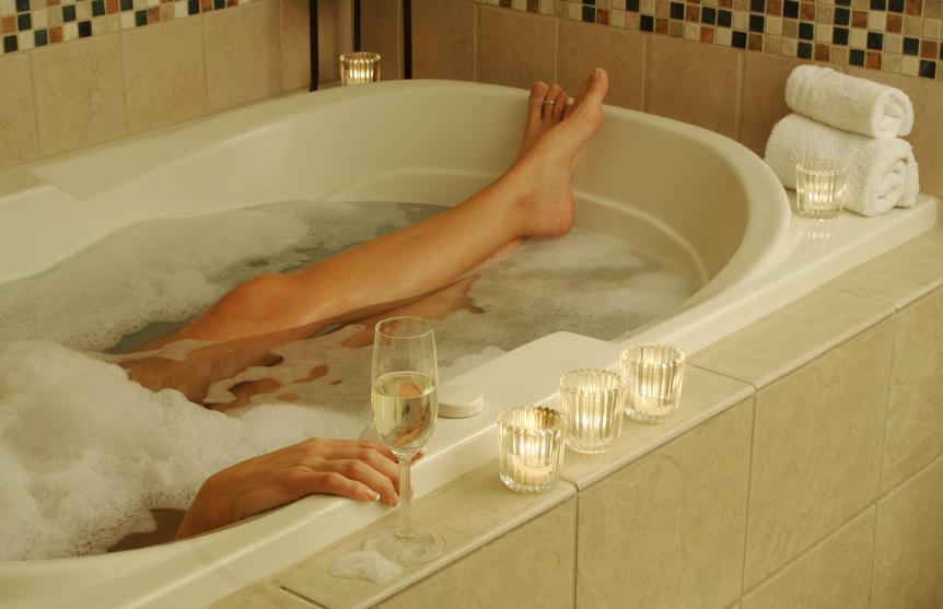 Девушка принимает ванну, попивая шампанское  258214